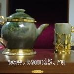чайник из нефрита со стаканом из нефрита