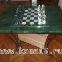 Столик с нефритовыми шахматами